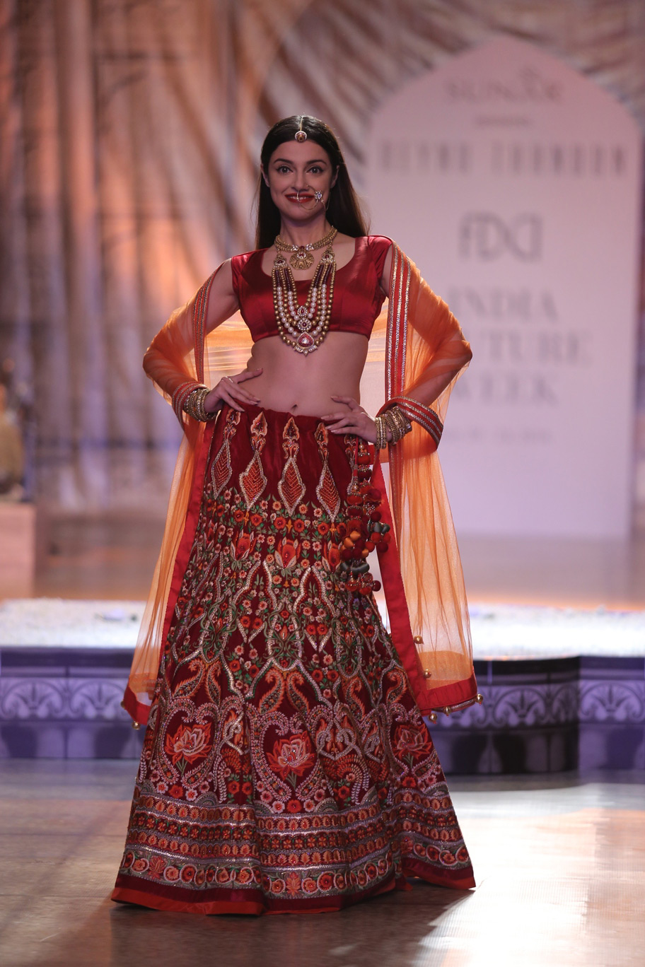 Actress-Divya-Kumar-Khosla-as-the-Showstopper-for-KAMANGIRI-By-Reynu-Taandon-In-Association-with-SUNAR-@-India-Couture-Week-16-(3)