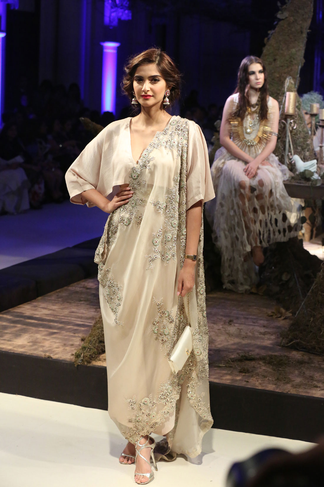 Collection-by-Designer-Anamika-Khanna-@-FDCI-India-Couture-Week-2016-(1)