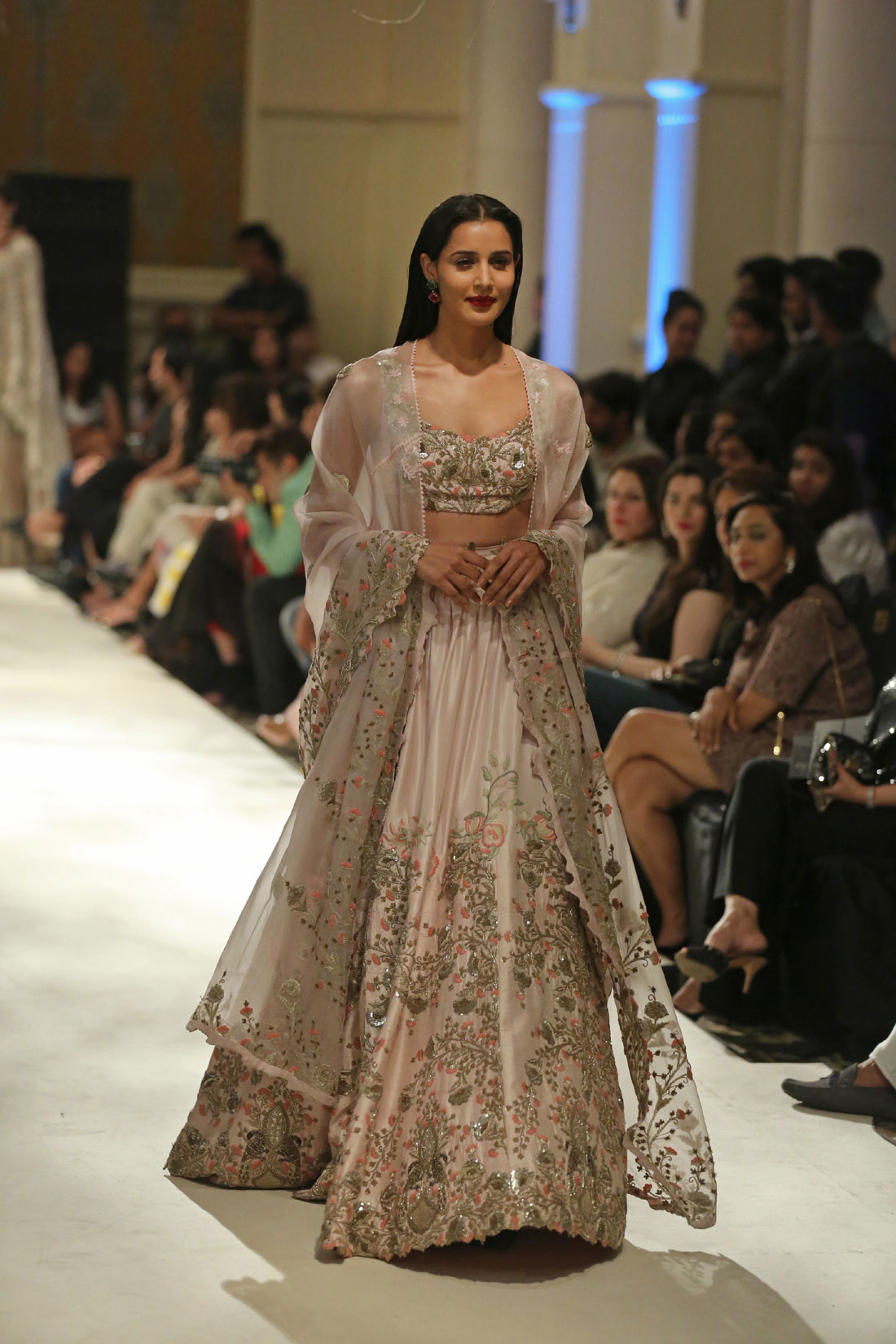 Collection-by-Designer-Anamika-Khanna-@-FDCI-India-Couture-Week-2016-(3)
