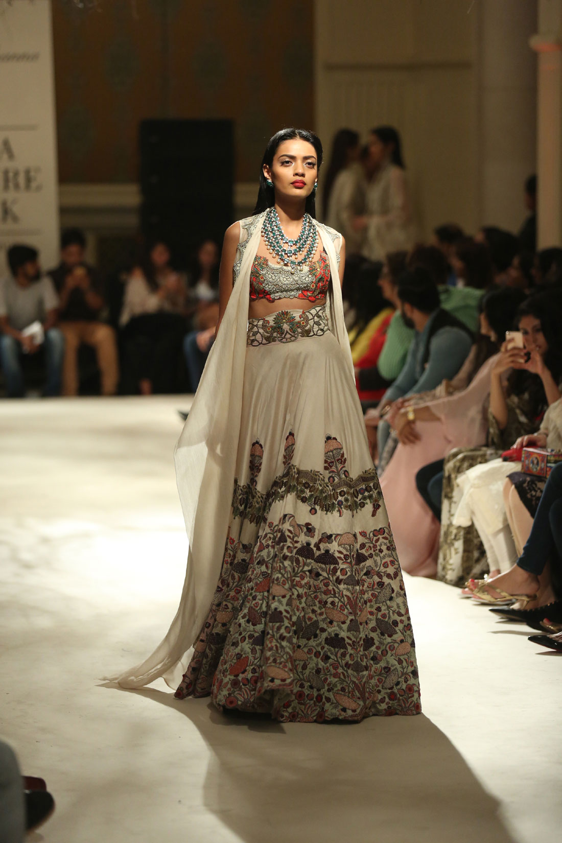 Collection-by-Designer-Anamika-Khanna-@-FDCI-India-Couture-Week-2016-(5)