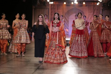 Designer-Reynu-Taandon-and-Divya-Kumar-Khosla-KAMANGIRI-By-Reynu-Taandon-In-Association-with-SUNAR-@-India-Couture-Week-16-(4)