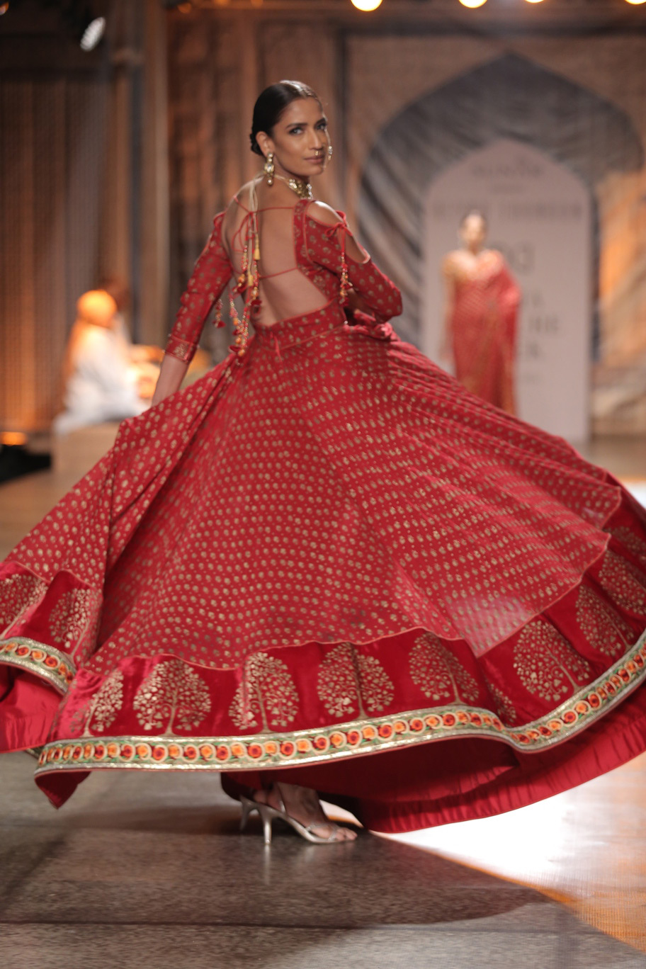 KAMANGIRI-By-Reynu-Taandon-In-Association-with-SUNAR-@-India-Couture-Week-16-(11)