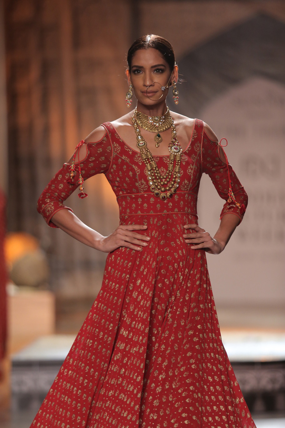 KAMANGIRI-By-Reynu-Taandon-In-Association-with-SUNAR-@-India-Couture-Week-16-(12)