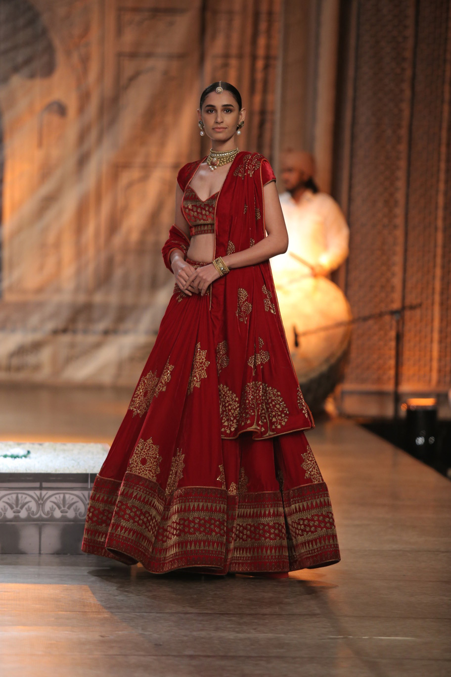 KAMANGIRI-By-Reynu-Taandon-In-Association-with-SUNAR-@-India-Couture-Week-16-(16)