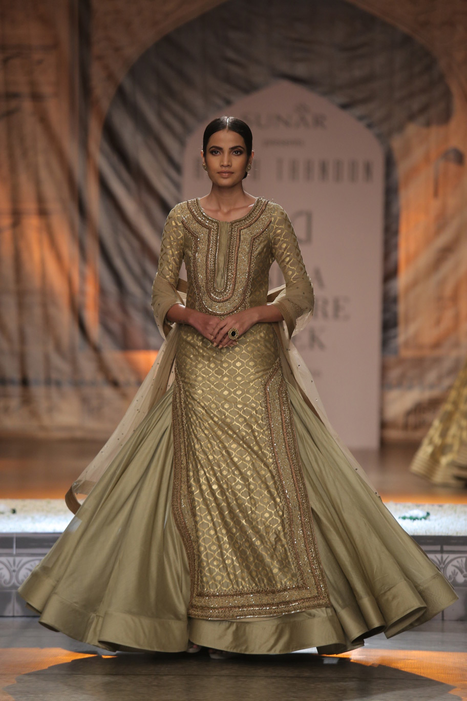 KAMANGIRI-By-Reynu-Taandon-In-Association-with-SUNAR-@-India-Couture-Week-16-(7)