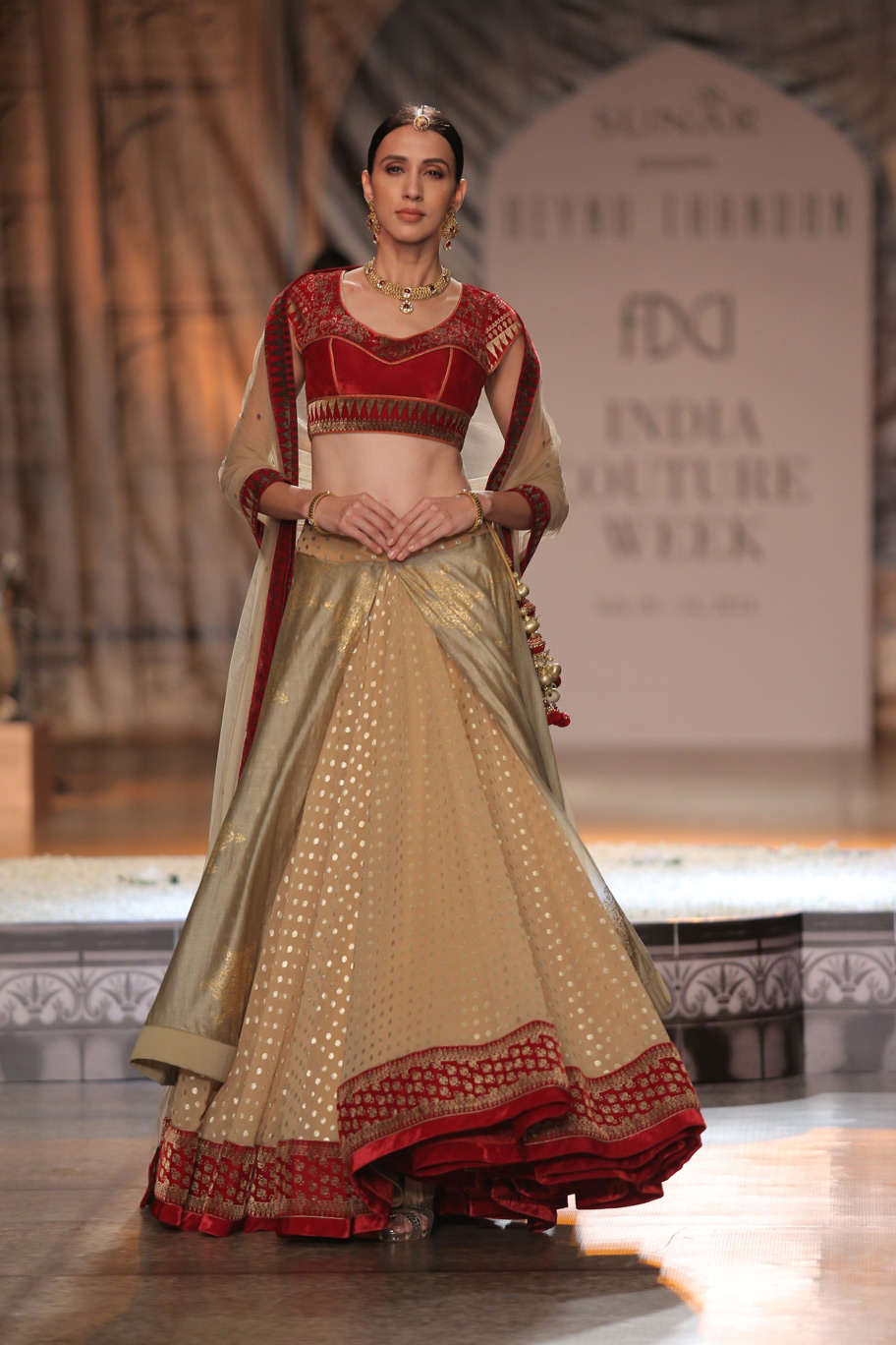 KAMANGIRI-By-Reynu-Taandon-In-Association-with-SUNAR-@-India-Couture-Week-16-(8)